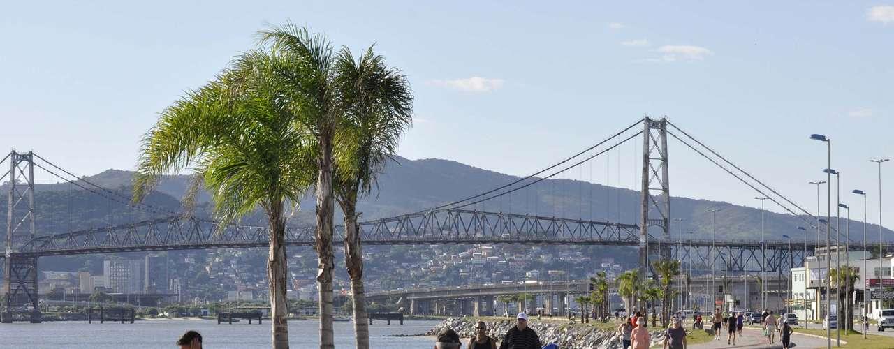 27 de março Pedestre enfrenta forte sol durante a manhã na Beira Mar do Estreito em Florianópolis (SC). Os termômetros registram 26° C