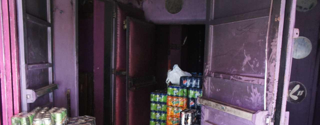 28 de março - Agentes da Vigilância Sanitária foram a boate nesta quinta-feira e recolheram bebidas que ainda estavam no interior do local. A maioria espumantes e energéticos