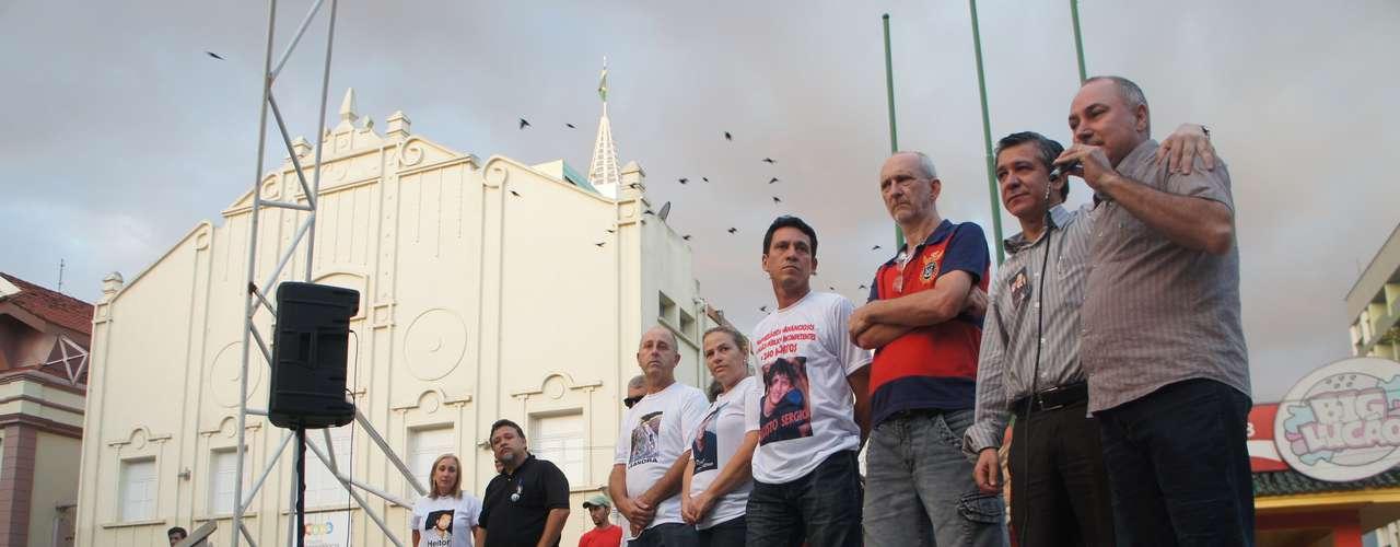 27 de março - Representantes da diretoria da Associação dos Familiares das Vítimas e Sobreviventes da tragédia em Santa Maria falaram sobre os 60 dias da tragédia