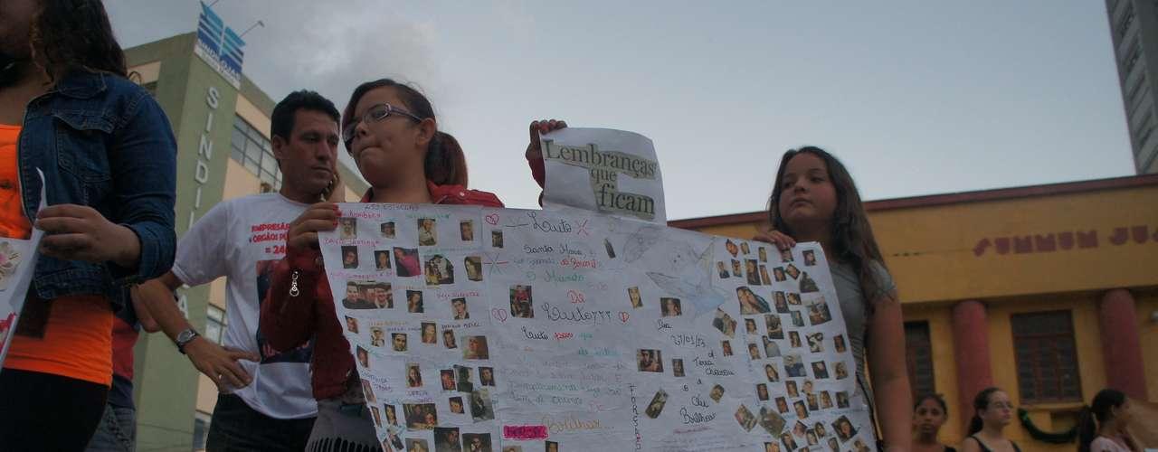27 de março - Alunos da Escola Estadual Dom Antonio Reis fizeram homenagem às vítimas