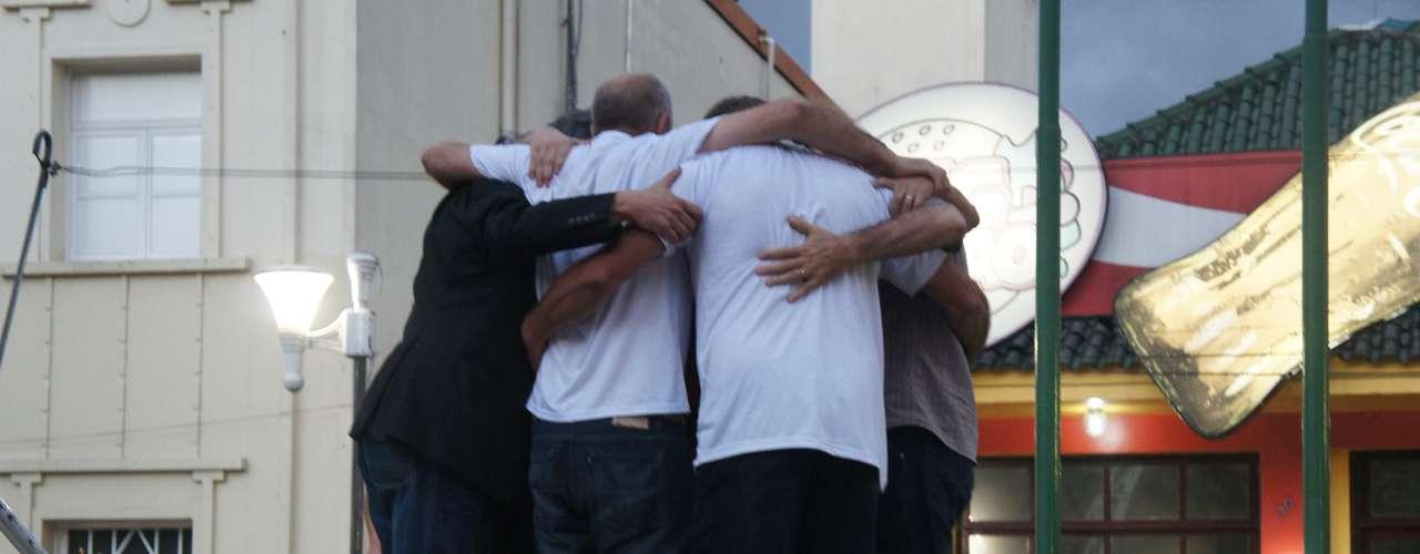 27 de março - Manifestação no palco do evento terminou com um abraço coletivo da diretoria