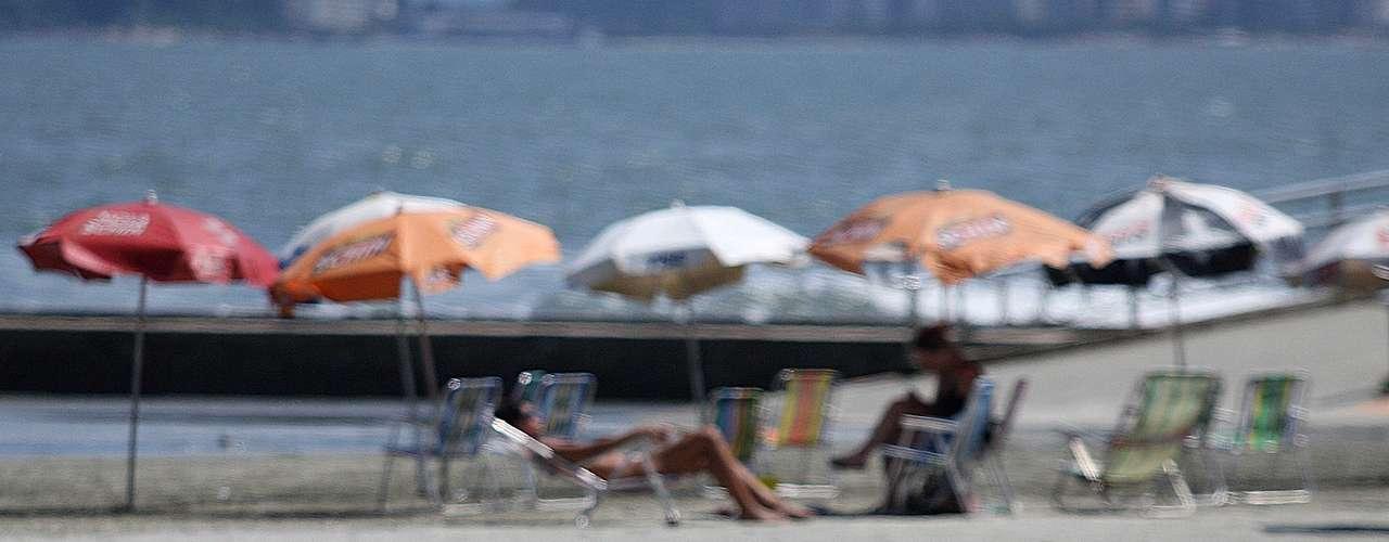 28 de março Banhista aproveita praiada cidade de Santos (SP), nesta véspera de feriado de Páscoa