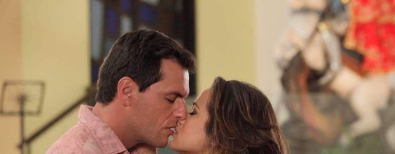 Morena (Nanda Costa) reencontra Théo (Rodrigo Lombardi) na igreja de São Jorge e a emoção toma conta deles