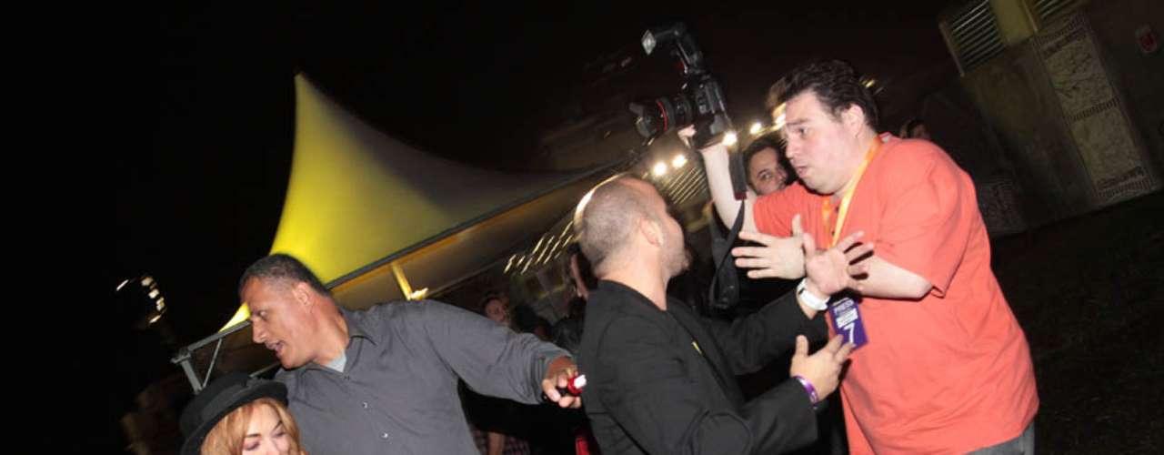 Lindsay Lohan causou tumulto em sua rápida aparição no primeiro dia de Lollapalooza Brasil 2013, no Jockey Club de São Paulo. A atriz estava cercada por seguranças e chamou a atenção de fotógrafos