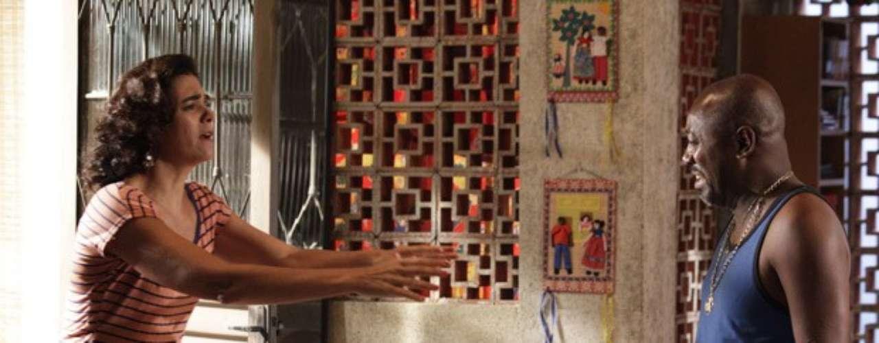 Pescoço(Nando Cunha) não se cansa de armar situações para enganar Delzuite(Solange Badim) e conseguir o tal vale-night. Após simular uma ligação, o malandro faz cara de choro e inventa para todos que a avó morreu atropelada. Tudo isso para poder sair comMaria Vanúbia(Roberta Rodrigues)