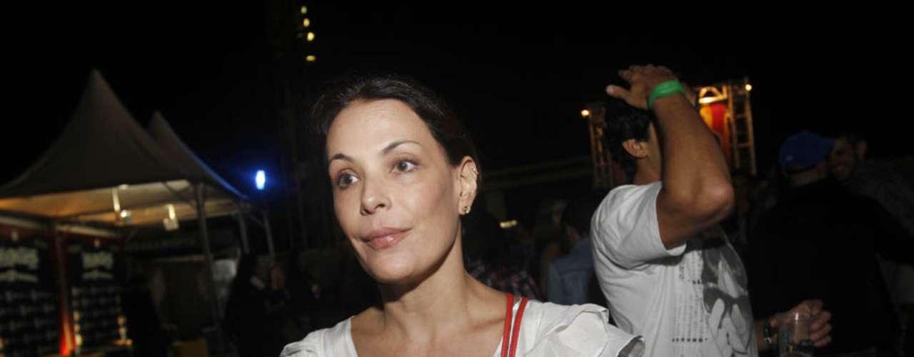 Presente também no segundo dia do Lollapalooza, neste sábado (30), Carolina Ferraz foi clicada com os sapatos todos sujos; sinal de que a atriz curtiu o festival