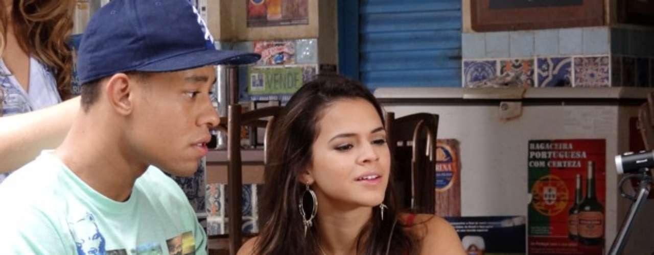 Lurdinha (Bruna Marquezine) e Aisha (Dani Monteiro) querem saber se são irmãs de verdade, em Salve Jorge. Com ajuda de Samantha (Karina Ferrari) e Sidney (Mussunzinho), as duas vão ter uma conversa pela internet