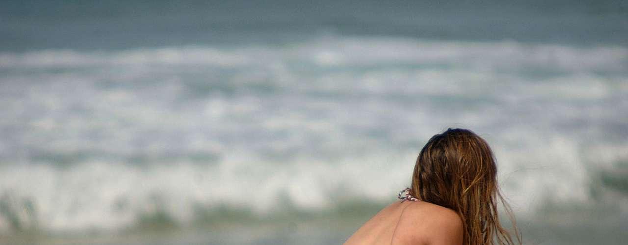 2 de abril Jovem aproveita o dia de calor no Rio de Janeiro para tomar sol na praia de Ipanema. Vários banhistas foram às praias cariocas nesta terça-feira - em pleno outono, o calor deve chegar a 29°C na capital fluminense
