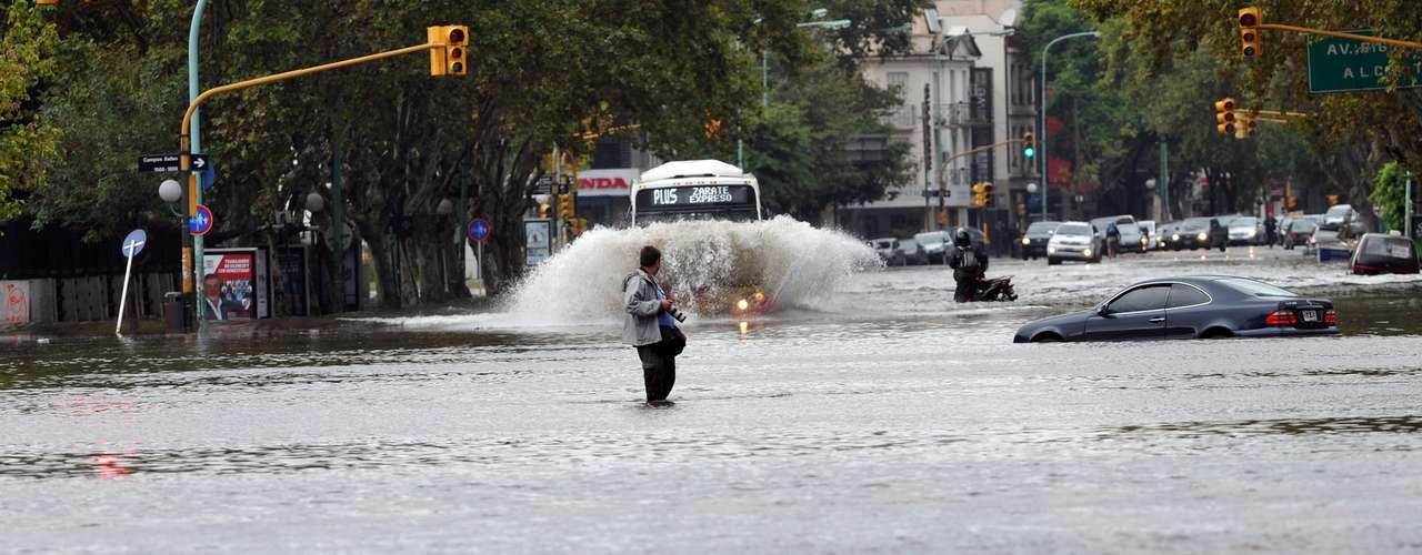 2 de abril -Imagem mostra a avenida Libertador, no bairro de Núñez, inundada