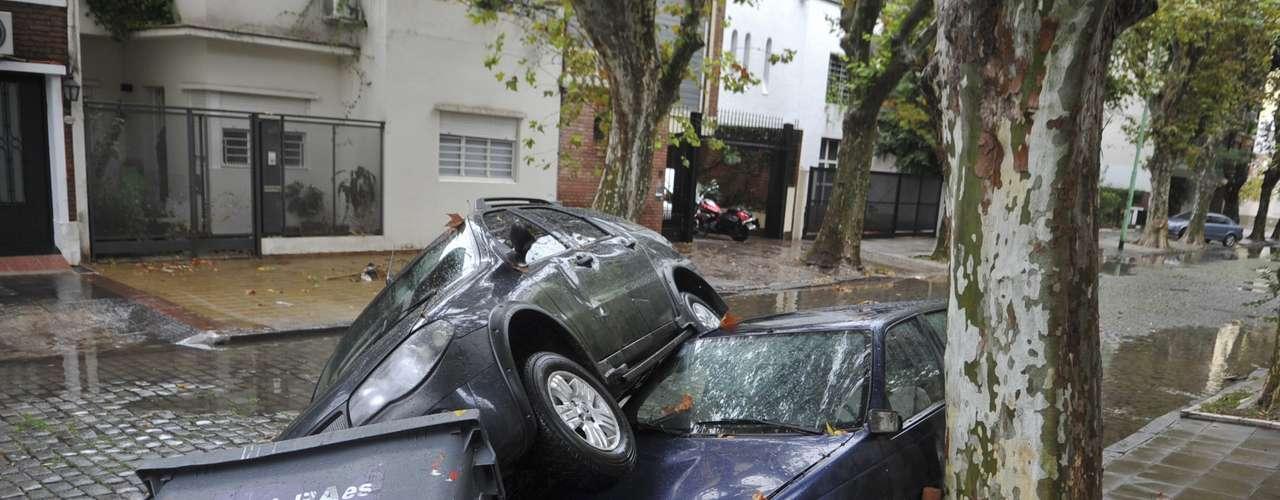 2 de abril -Carros ficaram destruídos após o forte temporal