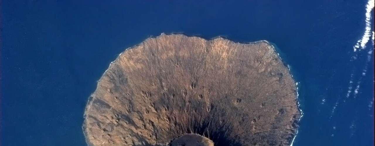 Imagem divulgada pelo astronauta Chris Hadfield mostra o vulcão Pico do Fogo, em Cabo Verde. \