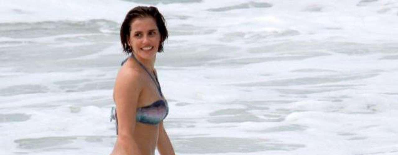 Deborah Secco é uma das que apostaram em biquíni com estampa gráfica para ir à praia