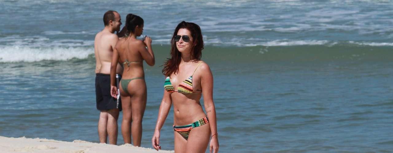 Fernanda Paes Leme também exibe modelo com estampa gráfica bem colorida nas areias cariocas