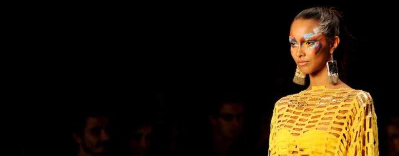 A Triya mostrou hot pant amarela com blusa vazada