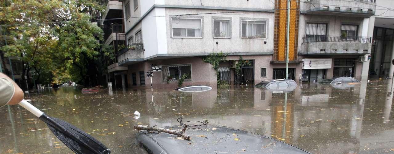 2 de abril -Carro ficou submerso após a tempestade