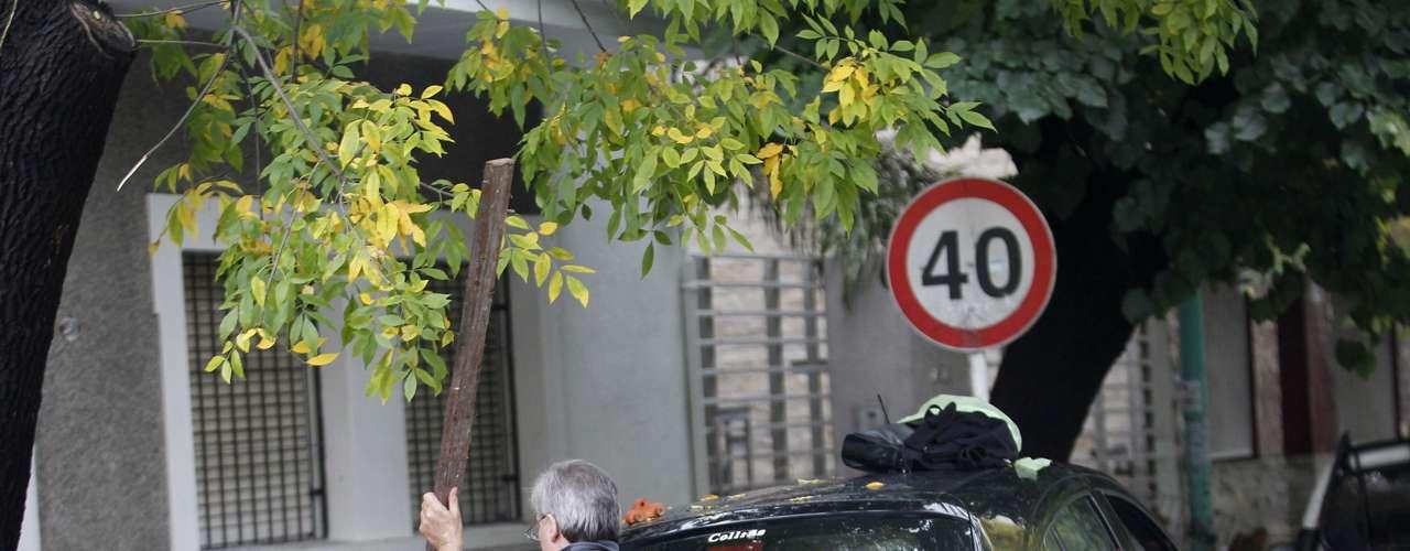 2 de abril -Com água pela cintura, homem tenta se deslocar em rua inundada