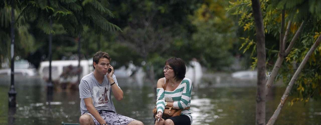 2 de abril -Ilhado, jovem fala ao telefone celular