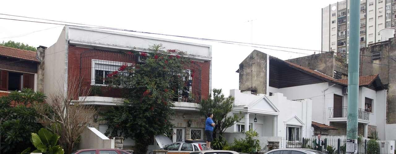 2 de abril -Homem observa a rua inundada na capital argentina