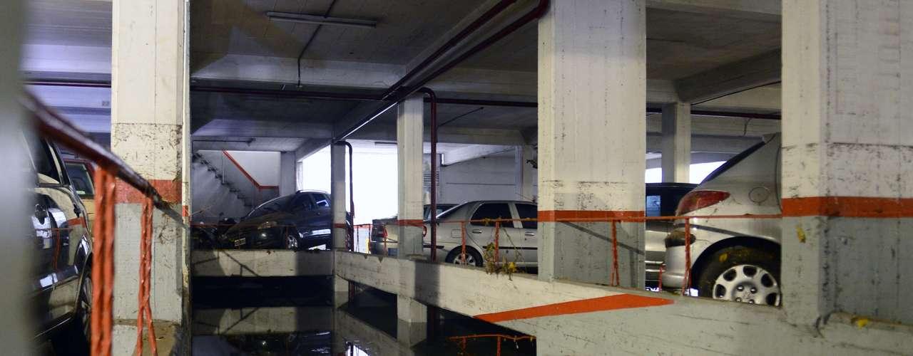 3 de abril -Marcas nos pilares mostram o nível atingido pela água durante a enchente