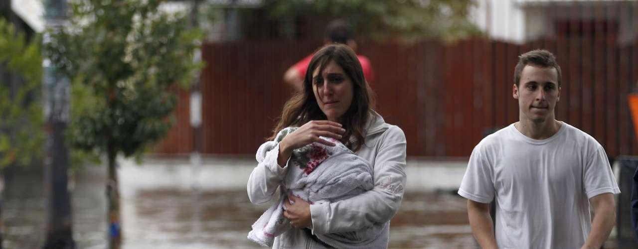 2 de abril -Mulher caminha pelas ruas alagadas de Buenos Aires