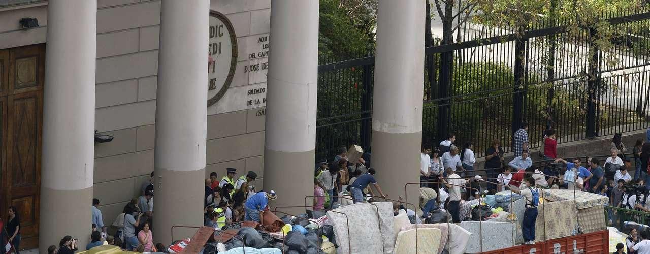 4 de abril -Em frente à Catedral Metropolitana de Buenos Aires um caminhão era carregado com colchões, água, roupas e alimentos