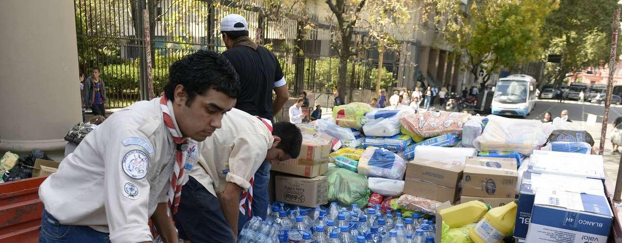 4 de abril -Voluntários se mobilizam para arrecadas donativos para as vítimas dos temporais