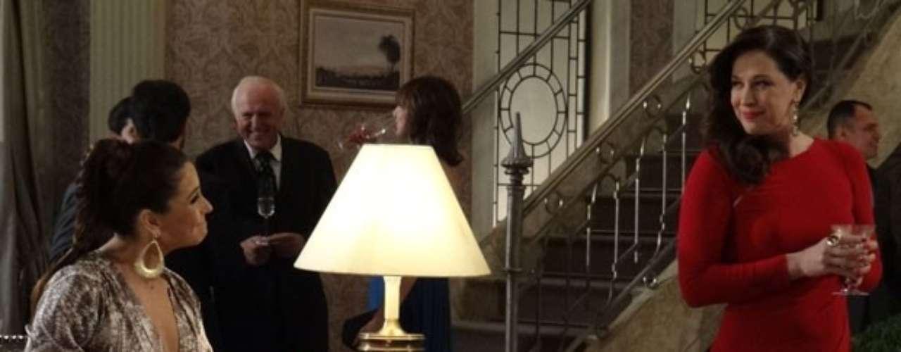 Lívia e Helô se encontram na festa de casamento de Aída. A delegada tenta pegar a bolsa da vilã para procurar as seringas que Théo afirmou ter visto