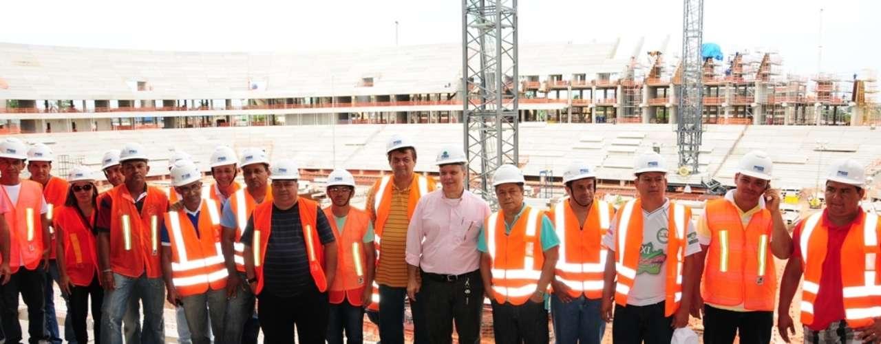 5 de abril de 2013: dirigentes ficaram impressionados com estádio. A comitiva foi recebida pelo coordenador da Unidade Gestora do Projeto Copa (UGP COPA), Miguel Capobiango Neto