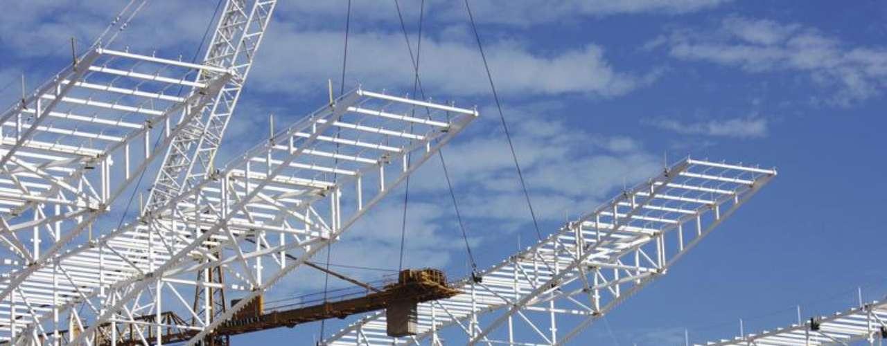 05 de abril de 2013: o superguindaste, com capacidade de 1.500 t, já assentou quatros dos 10 módulos que irão compor a estrutura principal da cobertura oeste