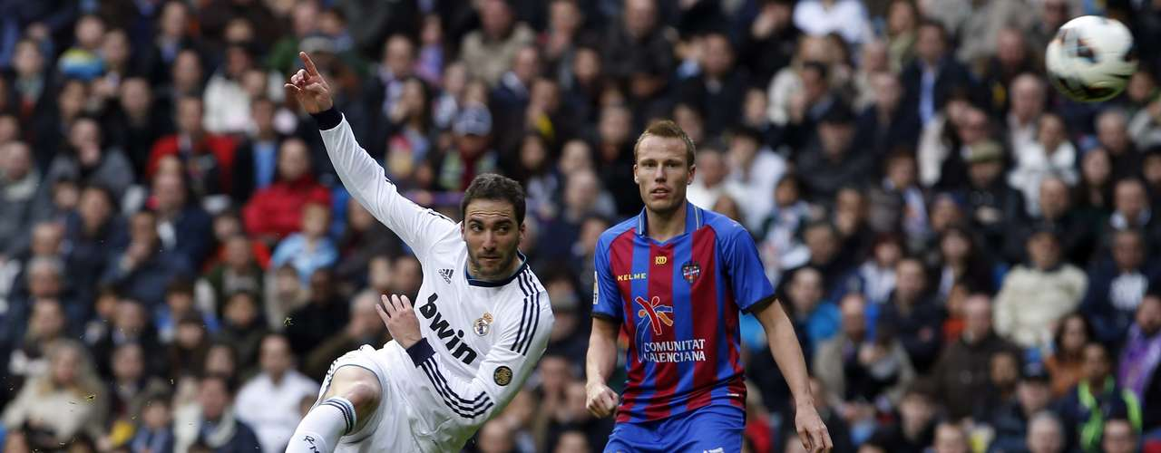 Higuaín fez o primeiro gol do Real ao acertar lindo voleio
