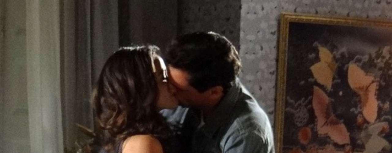 Após muito tempo separados, Morena e Théo vivem uma noite de amor