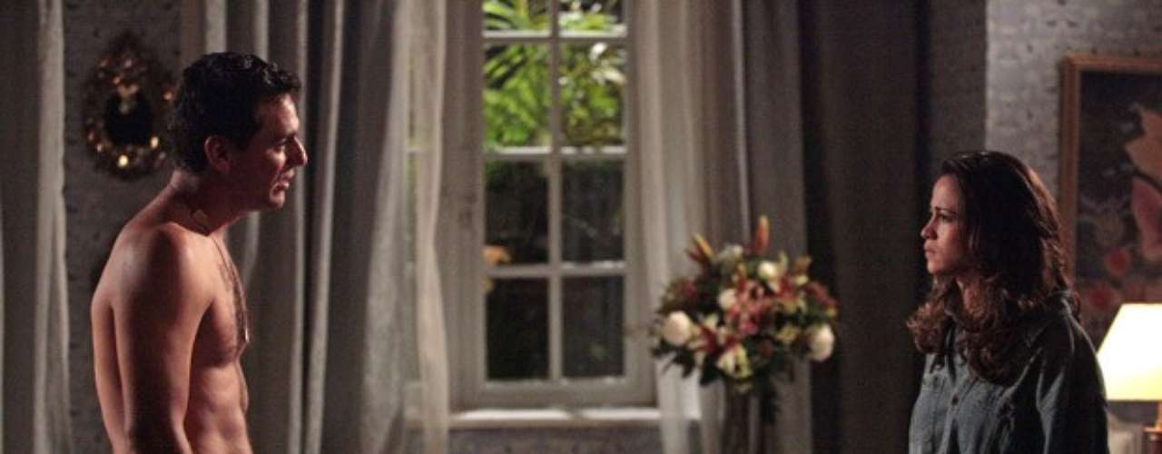 O romance de Morena (Nanda Costa) e Théo (Rodrigo Lombardi), em Salve Jorge, passará por mais uma prova. Após um reencontro apaixonado, Morena quer que o amado largue Érica (Flávia Alessandra), como no passado, mas ele não sabe o que fazer, pois não quer largar a mulher grávida. Morena descobre o segredo do amado quando vê uma mamadeira cair da mochila dele. É quando ela conta que também ficou grávida, mas que por causa dos conselhos de Helô (Giovanna Antonelli) manteve segredo. Ela, então, mente que perdeu o bebê e deixa Théo sofrendo com a situação em que está envolvido. A cena vai ao ar no capítulo desta segunda-feira (8)
