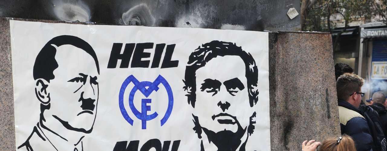 Cartaz do lado de fora do Santiago Bernabéu fazia comparação entre Mourinho e Hitler