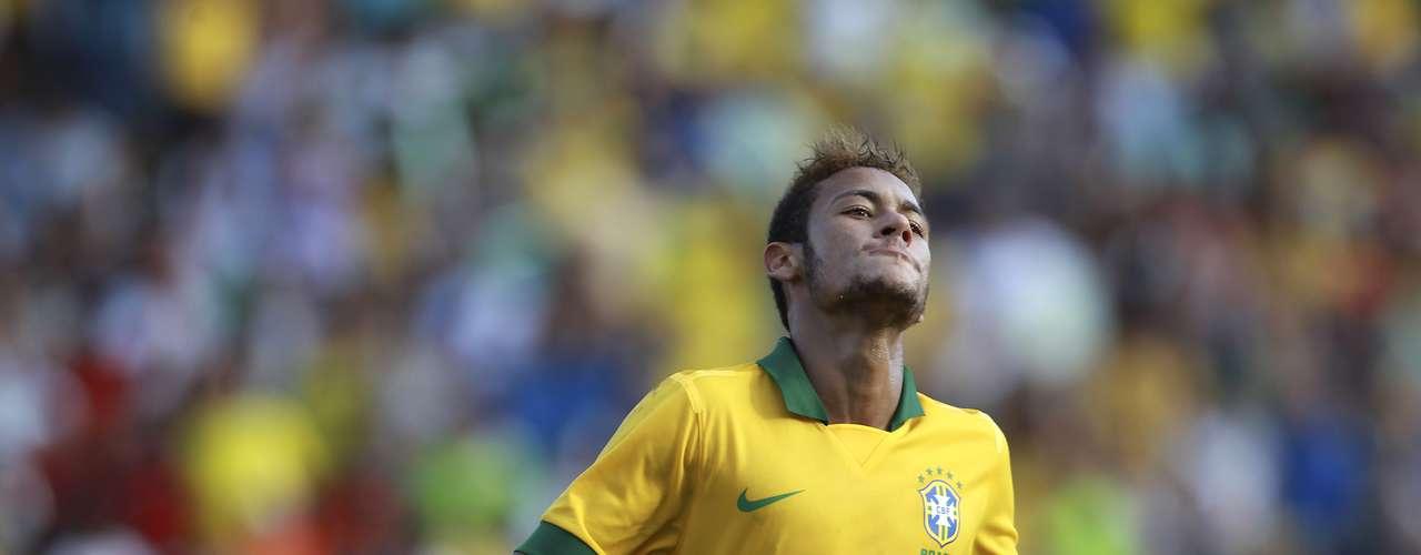 Neymar jogou apenas o primeiro tempo e contou com bons passes de Ronaldinho e Jadson para fazer seus gols