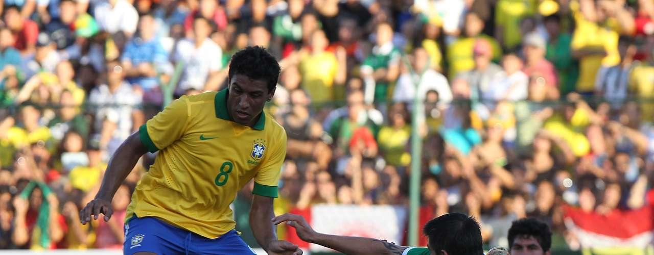 Paulinho foi titular no meio-campo e teve atuação segura ao lado do seu companheiro Ralf