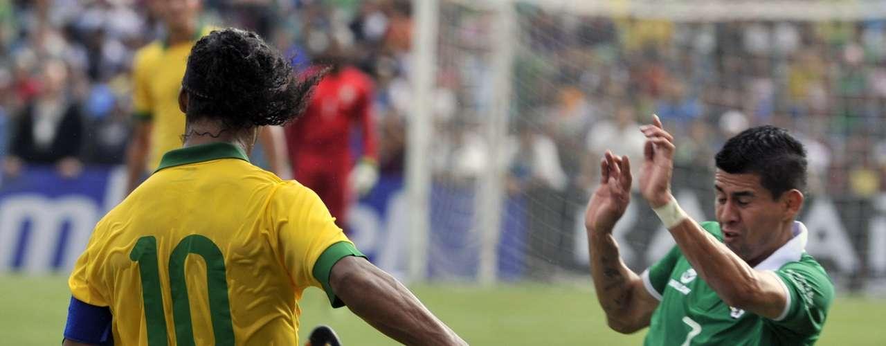Ronaldinho divide jogada com Arce, ex-Corinthians. O camisa 10 do Brasil teve boa atuação no meio-campo