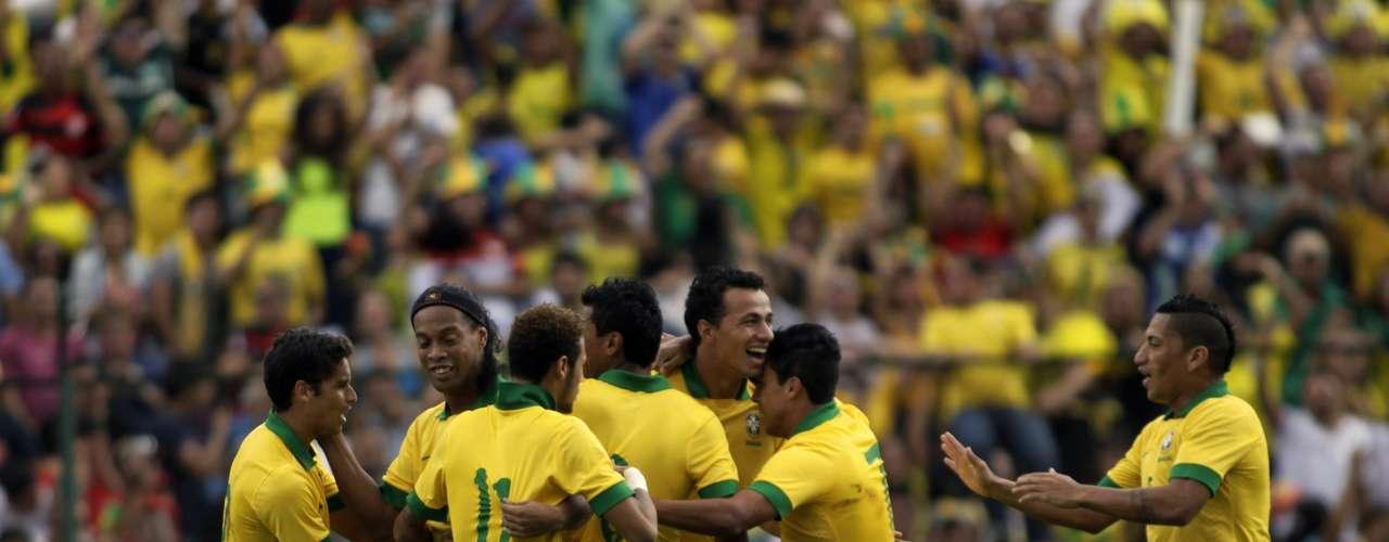 Seleção voltou a melhorar no final da partida e ainda comemorou gol de Leandro nos acréscimos