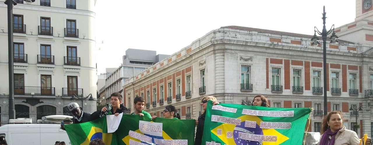 Grupo de 20 pessoas com cartazes de protesto se reuniu em Madri, na Espanha, pedindo a saída do deputado Marco Feliciano da presidência da Comissão dos Direitos Humanos e Minorias da Câmara dos Deputados brasileira