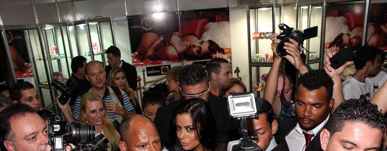 Mesmo em meio ao tumulto, a modelo não perdeu o bom humor e continuou posando para as câmeras
