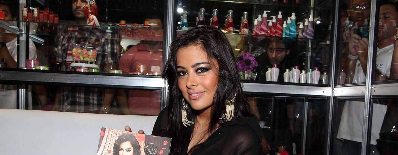 Larissa posou com o catálogo da marca, do qual foi a estrela
