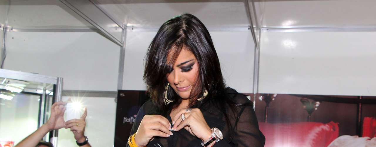 A modelo paraguaia ficou famosa durante a Copa do Mundo de 2010 por assistir aos jogos do seu país com um celular entre os seios fartos