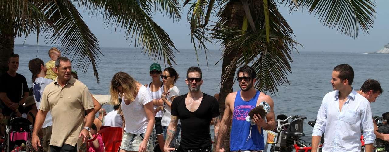 Marc Jacobs e namorado brasileiro Harry Louis deixam praia de Ipanema