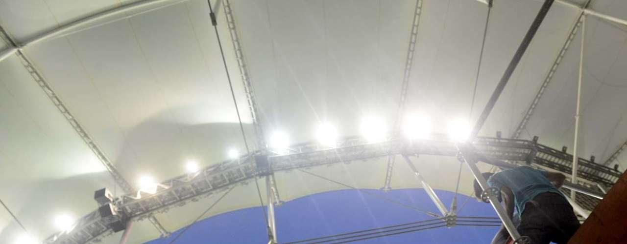 Funcionário faz ajustes na iluminação da Arena Fonte Nova, que será a sede da Bahia para a Copa das Confederações de 2013 e a Copa do Mundo de 2014