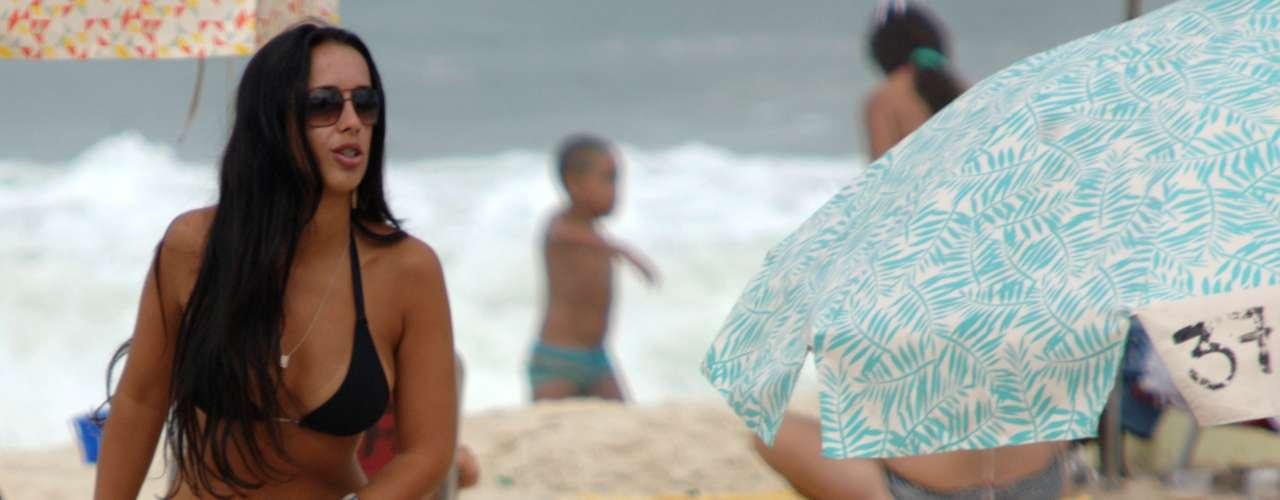7 de abril Banhista retira saia na praia de Ipanema, no Rio de Janeiro