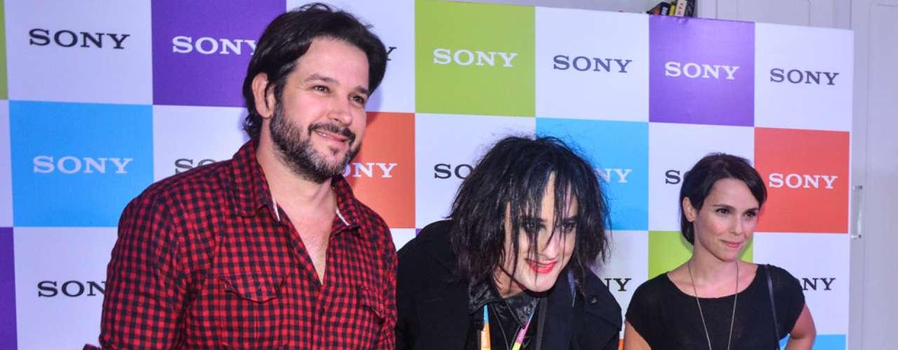 Famosos estiveram na Arena Anhembi, em São Paulo, na noite deste sábado (6) para assistir ao show do The Cure. Na foto, Murilo Benício, Débora Falabella e um cover de Robert Smith