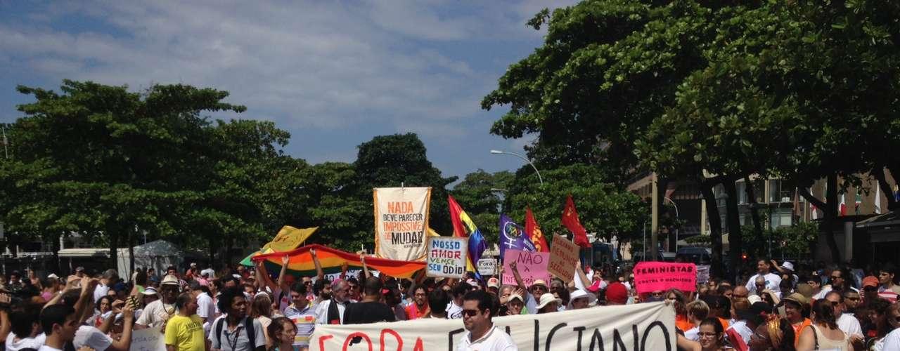 Uma marcha pelo direito ao Estado laico e contra o pastor e presidente da Comissão de Direitos Humanos (CDH) do Congresso Nacional, deputado federal Marco Feliciano (PSC) reuniu cerca de 300 manifestantes e lideranças religiosas na manhã deste domingo, na praia de Copacabana, na zona sul do Rio de Janeiro