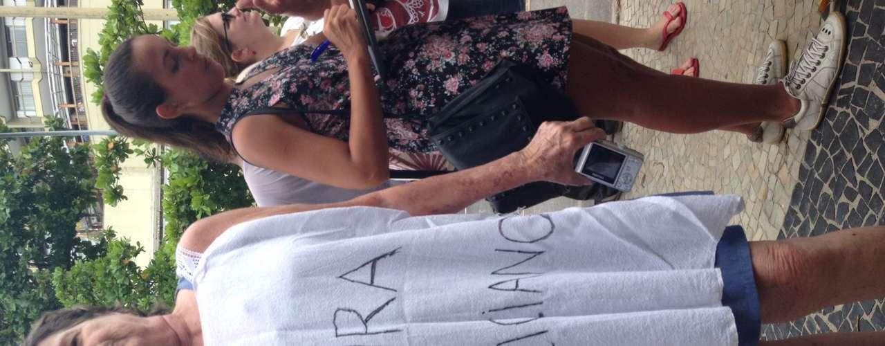 Dentre os manifestantes que, ao tomarem conhecimento da causa, se juntaram à marcha, estava dona Angela Chagas, 64 anos. \