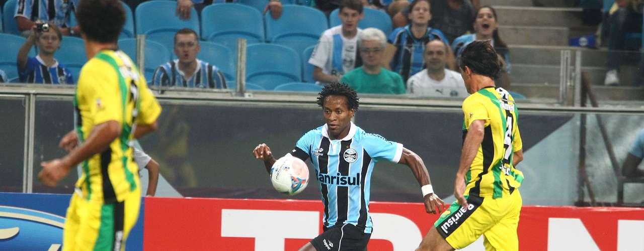 Recuperado de lesão no tornozelo,Zé Roberto participou ativamente das jogadas ofensivas do Grêmio, mas não teve facilidades perante a forte marcação do Cerâmica