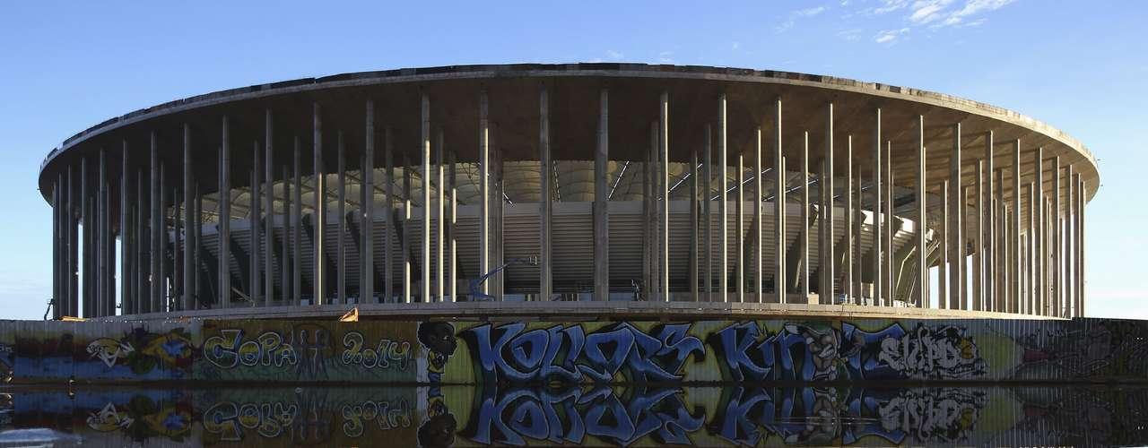 8 de abril de 2013: perto de inauguração, Estádio Nacional de Brasília já apresenta desenho próximo ao projeto original