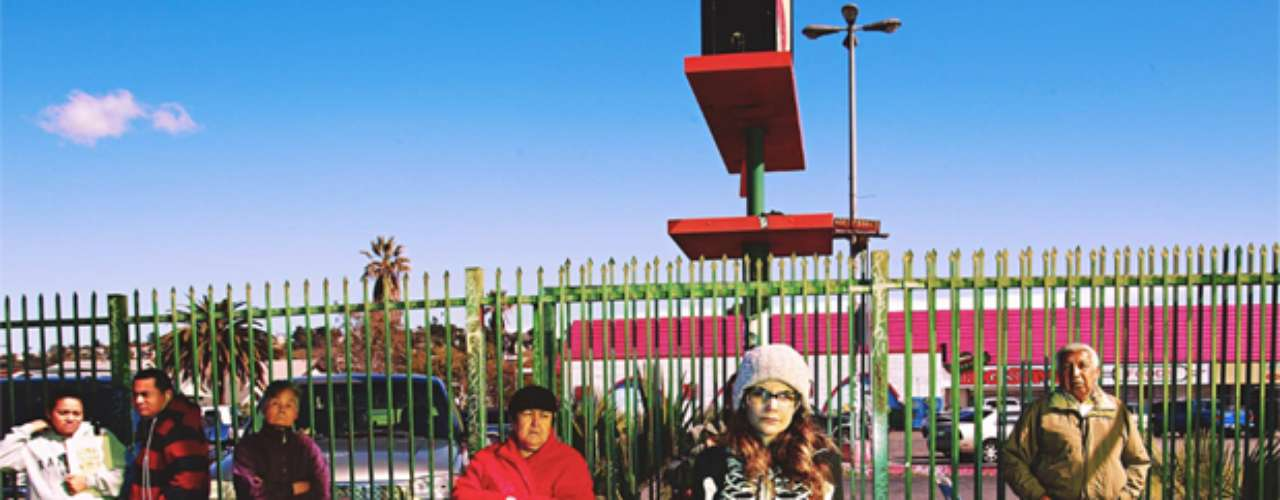 O fotógrafo Johnny Tergo criou uma maneira inusitada de fazer seus cliques. Ele, que mora em Los Angeles, Estados Unidos, instalou cãmera e luzes usadas em estúdio no topo de sua picape, e com isso faz retratos dos pedestres.